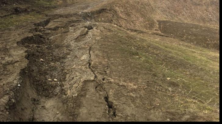 Alunecare de teren în comuna Drajna. Zeci de gospodării au rămas izolate