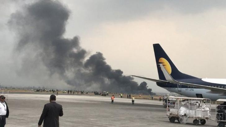 Un avion cu 71 de oameni la bord s-a prăbușit în Nepal și a luat foc la impact. Zeci de morți