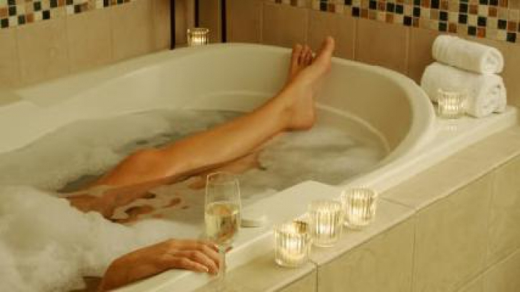 Uimitor. Ce se întâmplă cu organismul tău dacă stai 30 de minute în apă fierbinte