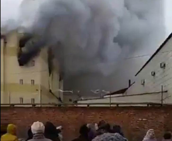 Incendiul de la mall-ul din Rusia ia proporții apocaliptice: 64 de morți, printre care zeci de copii