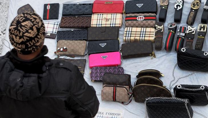 """Diferenţele dintre o geantă """"de firmă"""" şi una contrafăcută"""