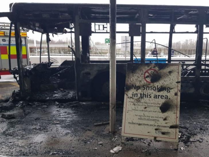 Momente teribile pe aeroport: Un autobuz plin cu pasageri a luat foc. FOTO+VIDEO