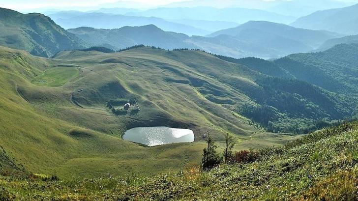 Povestea stranie a lacului fără fund din România. Aici îşi aruncau oamenii bogăţiile