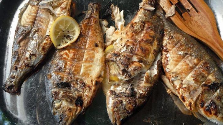 Cum să prepari peşte la grătar fără să se lipească Trucul pe care trebuie să-l ştii