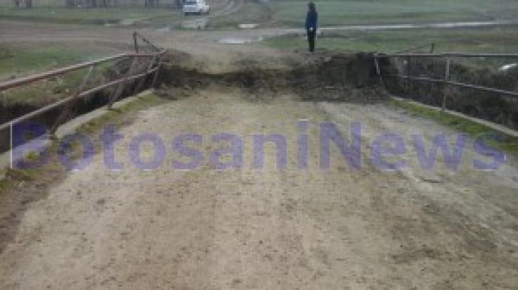 Singurul pod dintr-o localitate din Botoșani, cale de acces către comunitate, a cedat