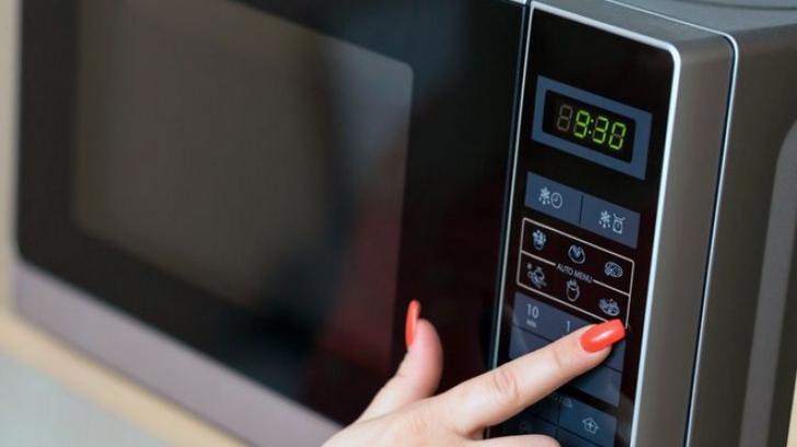 Aţi observat că ceasurile electrocasnicelor din casă au rămas în urmă? Nu vă panicaţi!