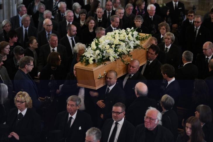 Stephen Hawking a fost înmormântat. Numeroase celebrităţi, prezente la funeralii