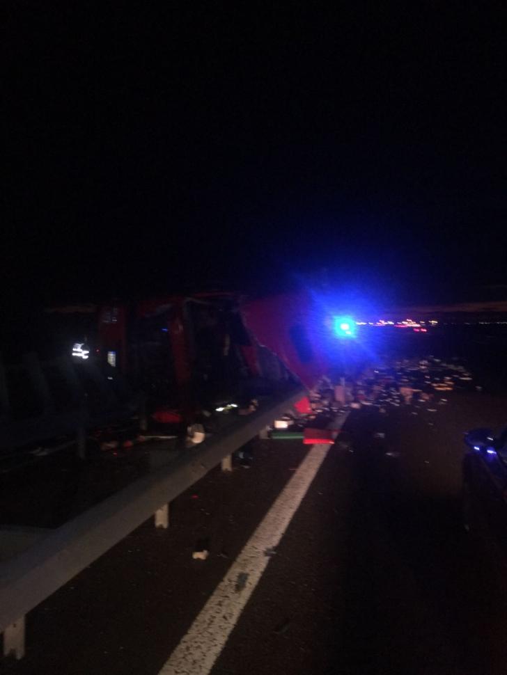 Circulaţie dificilă pe A2 după ce un tir s-a răsturnat - şoferul consumase alcool