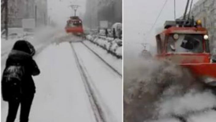 """Reacţia RATB, după ce un pieton a fost """"îngropat"""" în zăpadă, de un utilaj de deszăpezire"""