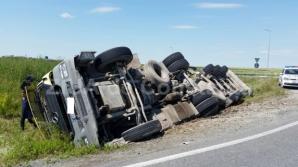 Trafic îngreunat pe Autostrada Sibiu - Deva: Şoferul unui autocamion a adormit şi s-a răsturnat