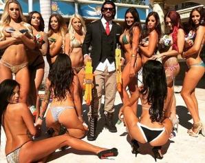 Invită 30 de femei în fiecare weekend la conacul lui. Ce urmează? Dezmăţ total