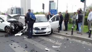 Accident înfiorător la Piaţa Victoriei: bucăţi din maşini au sărit pe asfalt, după un impact violent