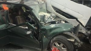 Accident grav. Un şofer a murit după ce a intrat cu maşina într-un tir