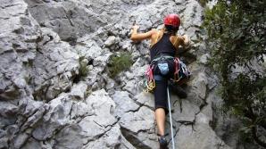 Alpiniști, loviți de pietre
