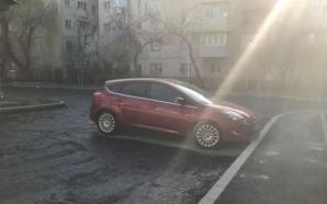 Situaţie halucinantă la Craiova! Asfaltare cu obstacole. Au turnat covorul în jurul maşinilor