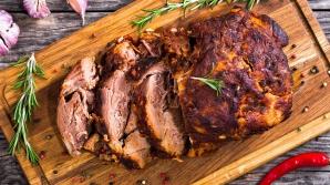 Motivul pentru care nu trebuie să tai carnea imediat ce o scoţi din cuptor. Tu îl știi?