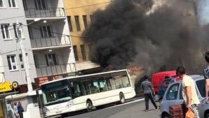 Autobuzul a luat foc în mers