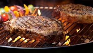 1 MAI. Ce greșeli să eviți când faci carne la grătar ca să nu formeze compuși cancerigeni