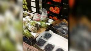 Imagini incredibile cu un șoarece care se plimbă printre fructele și legumele unui supermarket