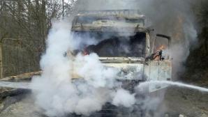 PERICOL de explozie. Un TIR încărcat cu 22 de tone de azotat de amoniu a luat foc în Pasul Tihuţa