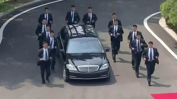 Imagini fabuloase. 12 bodyguarzi au alergat lângă limuzina lui Kim Jong-un, fără să obosească