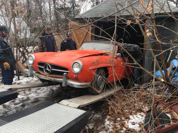 În garaj, Mercedesul zăcea de 40 de ani. Au ridicat capota și au încremenit. Pozele spun totul