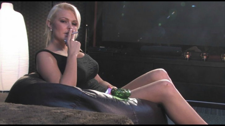 """Bomba-sexy care a decis să-şi trăiască viaţa întreţinută de """"sponsori"""". Povestea ei, demnă de film"""