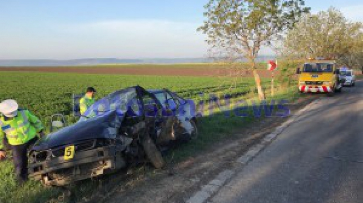 Două persoane, dintre care un minor, au fost rănite după ce au intrat în copac cu mașina furată