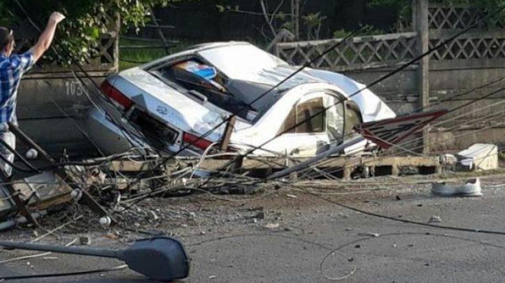Accident cumplit în Bistrița. Un stâlp de electricitate, făcut praf de o mașină