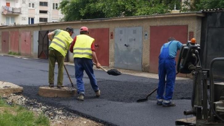 Situaţie halucinantă la Craiova! Asfaltare cu obstacole. Au turnat covorul în jurul maşinilor / Foto: Arhivă