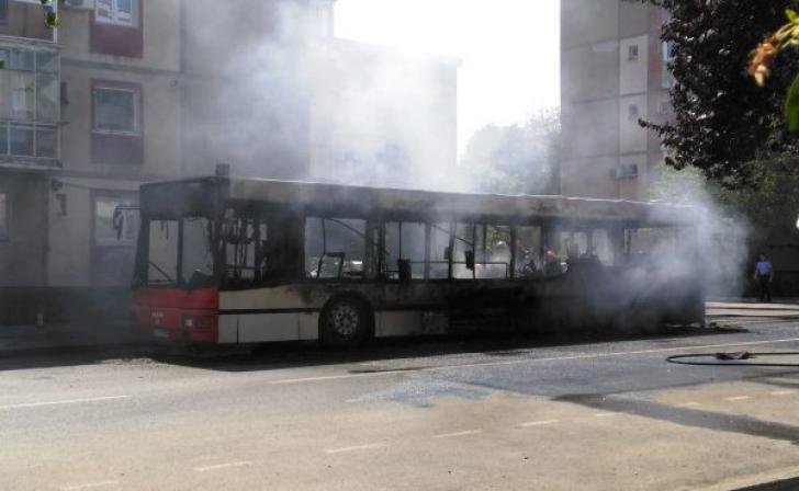Un autobuz a luat foc în mers și ars în întregime, la Arad