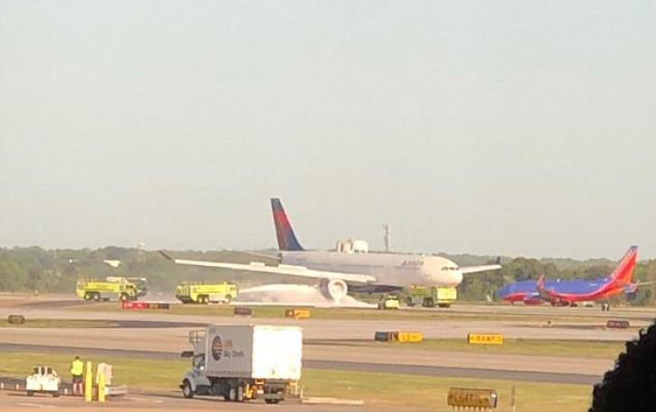 Imagini dramatice. Motorul avionului a luat foc, aeronava s-a întors de urgență pe aeroport