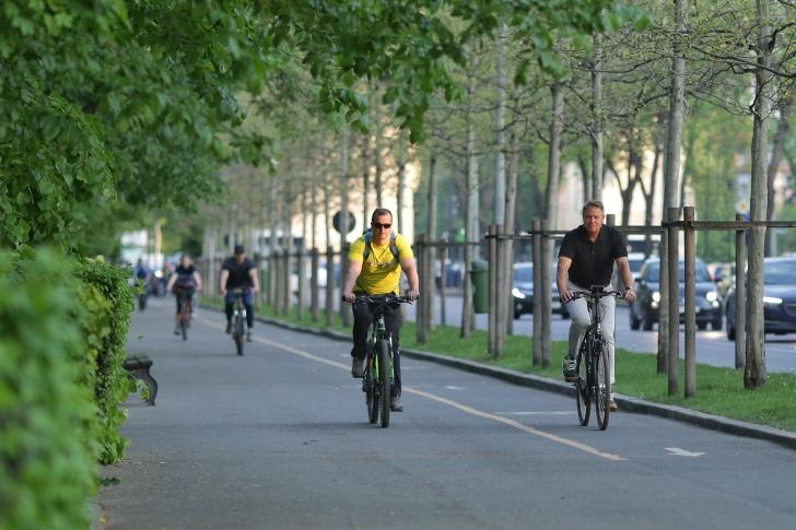 Președintele Iohannis merge pe o bicicletă Winora, cu camere un pic dezumflate. Cât costă