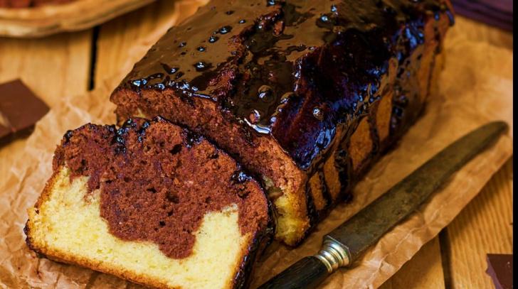 Cum să faci rapid un delicios chec cu glazură de ciocolată. Reţeta pe care ţi-o va cere toată lumea