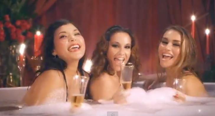 Cele 3 fete au dat un party dezbrăcate, doar ele. Au comandat pizza. Au deschis cutia, au încremenit