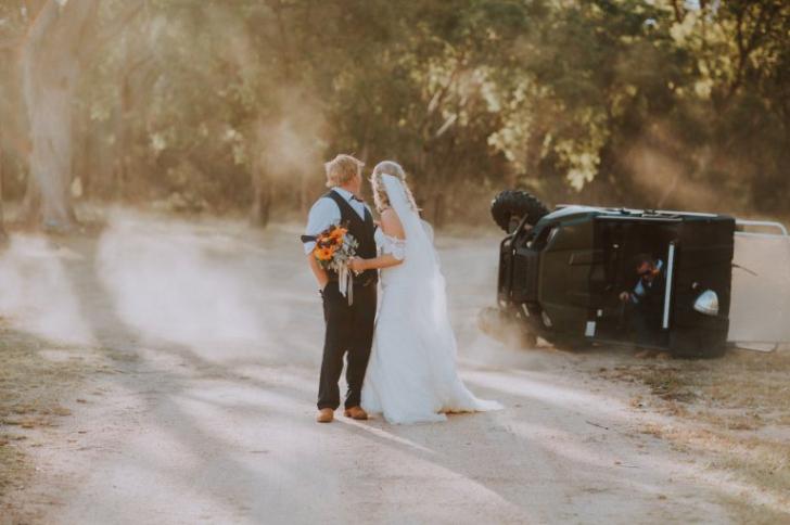 Erau pregătiți să facă fotografii de nuntă superbe. Ce se petrecea în spatele mirilor, e uluitor