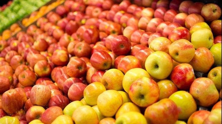 Adevăratul motiv pentru care supermarketurile stropesc fructele și legumele cu apă