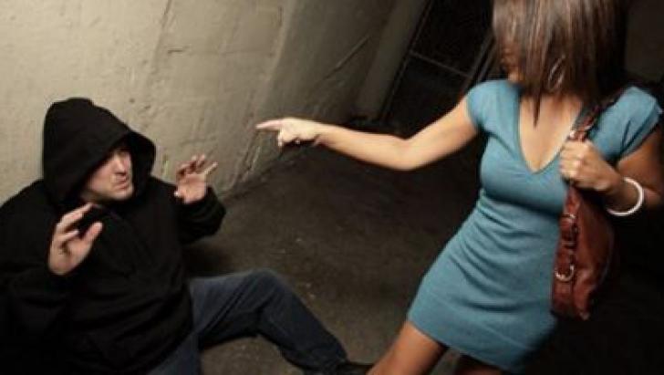 O româncă din Italia l-a pus la pământ pe bărbatul care a atacat-o. I-a dat un cap în gură