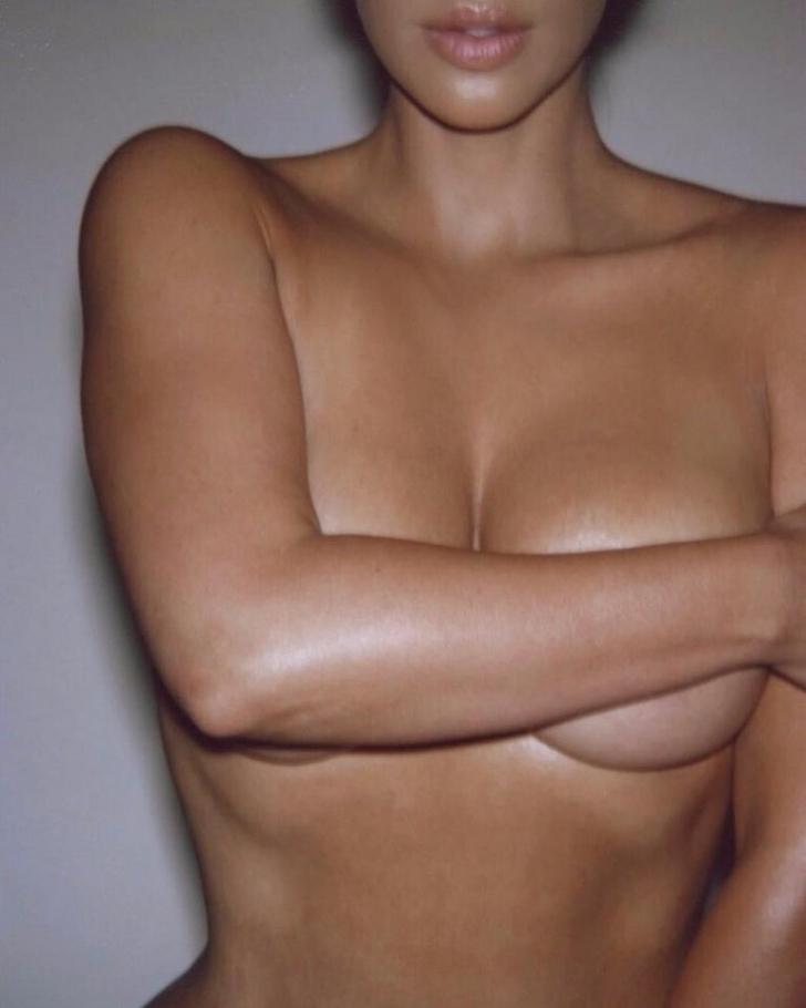 Kim Kardashian a pozat goală. Cum au reacționat fanii