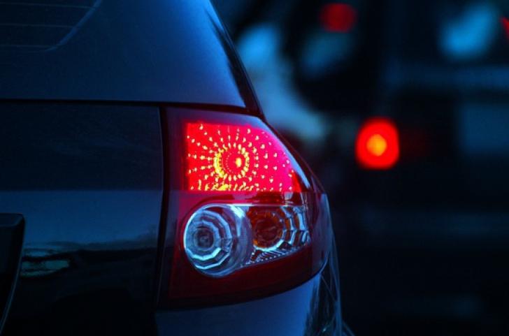 Atenţie, şoferi! Ce se întâmplă dacă pui avariile ca să mulţumeşti în trafic