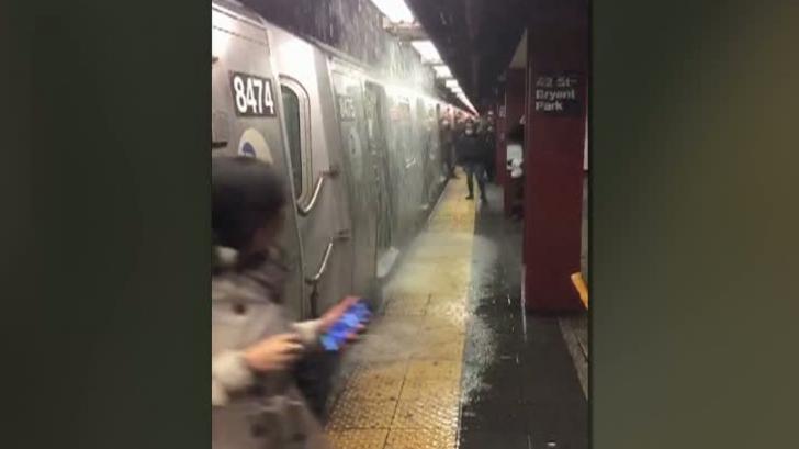 Inundaţie la metroul din New York - scări transformate în cascade