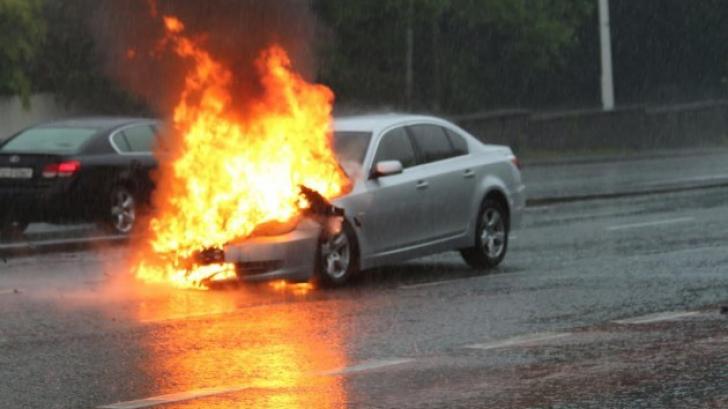 Autoturism în flăcări pe DN6: O mașină a luat foc în mers
