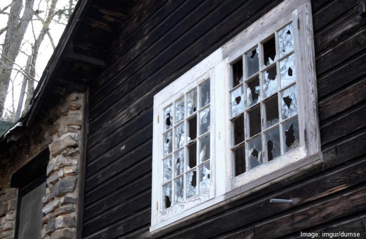 A găsit o casă părăsită, a intrat în ea şi, câteva secunde mai târziu, a regretat AMARNIC. Era...