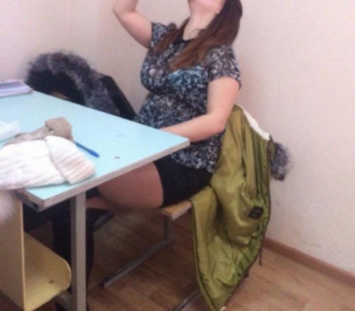 Profesorii au prins-o când făcea ceva rușinos în clasă. A fost exmatriculată imediat