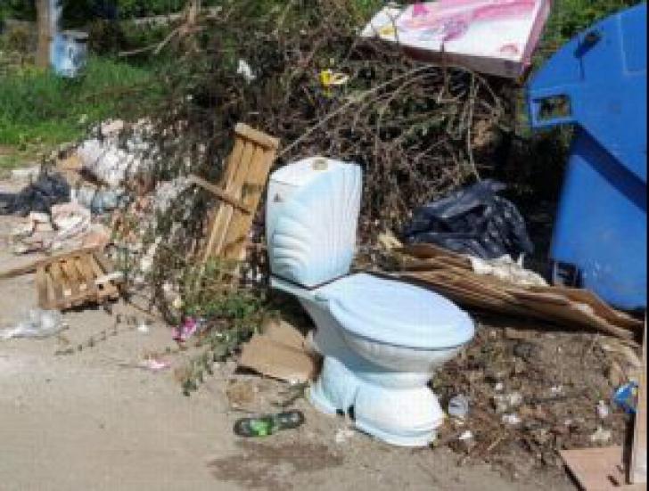 Pitești, împărțit în două. Simfonia Lalelor în centru, gunoaie și mizerie în cartierele mărginașe