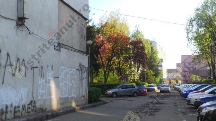 Mesaj siropos despre nevasta vecinului apărut pe un bloc. Ce o fi vrut să spună?