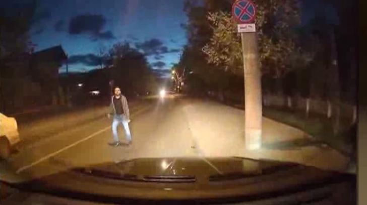 Un bărbat, posibil beat, a încercat să blocheze traficul pe o stradă dintr-un cartier ieşean