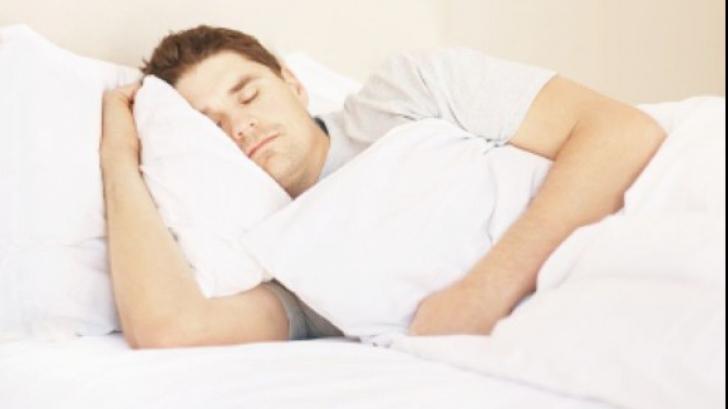 Știai că partea pe care obișnuiești să dormi îți poate influența sănătatea? Află ce se recomandă!