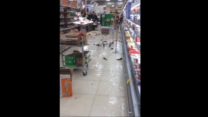 Era în supermarket la cumpărături, iar când a văzut ce mişună pe jos a îngheţat! Cum e posibil?