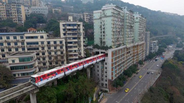 Imagini spectaculoase. Metroul care trece printr-un bloc de locuințe